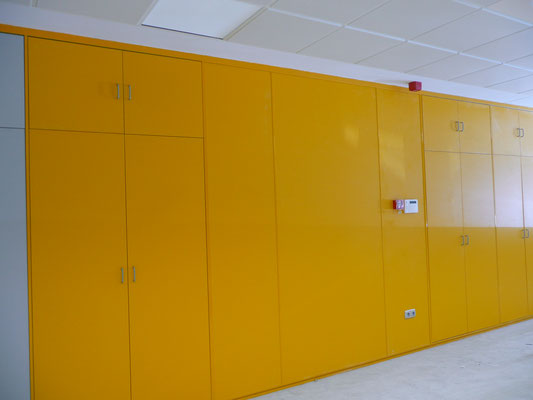 Tabique armario y forro de pared amarillo