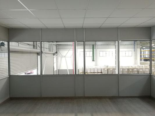 Mampara de oficina de dos alturas, techo desmontable y suelo laminado 16