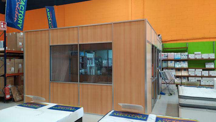 Mampara de oficina con perfilería plata y panel madera 1