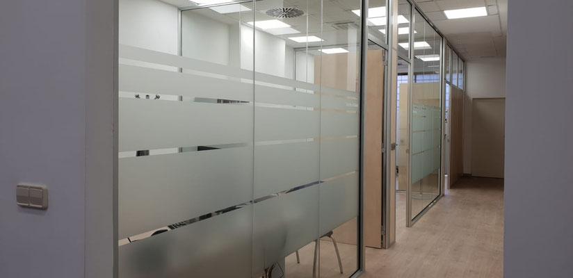 División de oficinas toda de cristal