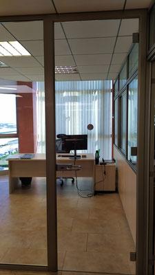 Despacho y sala de reunión con mampara de oficina de cristal 3