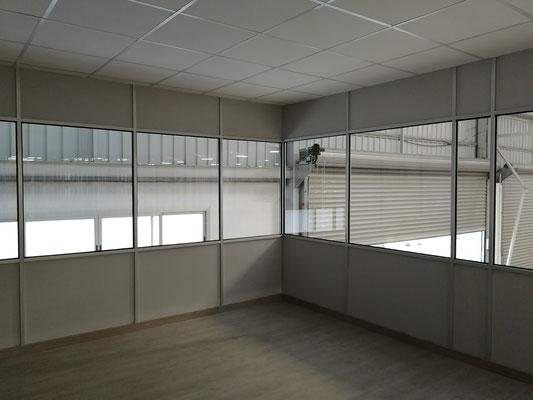 Mampara de oficina de dos alturas, techo desmontable y suelo laminado 20