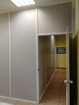Mampara de oficina monopanel gris y blanca 3