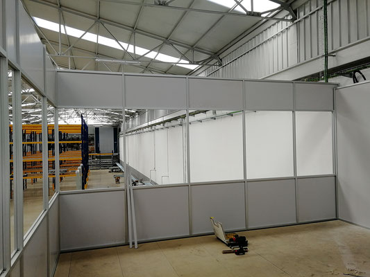 Mampara de oficina de dos alturas, techo desmontable y suelo laminado 1