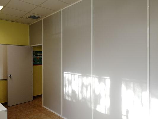 Mampara de oficina monopanel gris y blanca 5