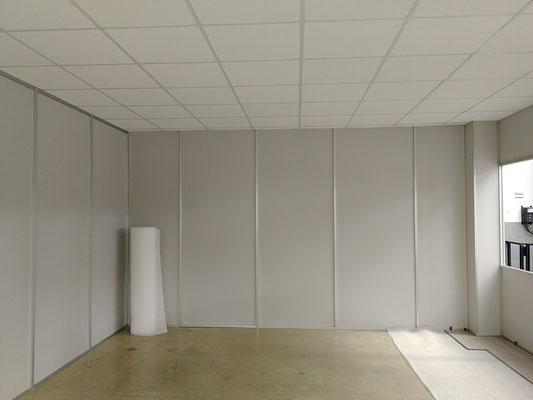 Mampara de oficina de dos alturas, techo desmontable y suelo laminado 10