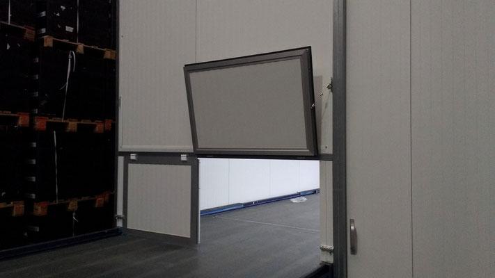 Detalle de las puertas abatibles de aluminio y sandwich