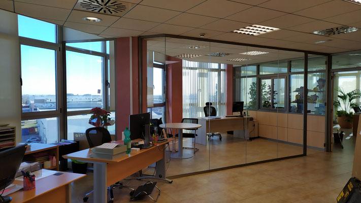 Despacho y sala de reunión con mampara de oficina de cristal