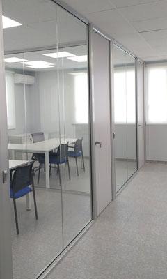 Mamparas de oficina cristal y puertas de madera 2