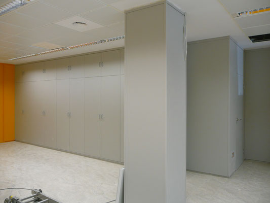 Tabique armario gris y forro de pilar