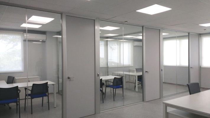Mamparas de oficina cristal y puertas de madera