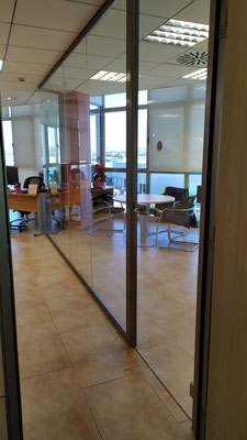 Despacho y sala de reunión con mampara de oficina de cristal 2