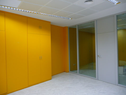 Tabique armario amarillo y mampara de oficina