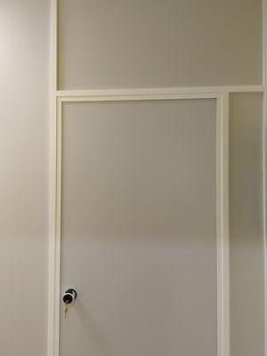 Mampara de oficina monopanel gris y blanca 2