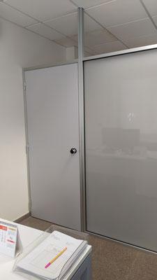 Mampara de oficina de cristal mate de seguridad y perfilería plata 2