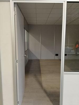 Mampara de oficina de dos alturas, techo desmontable y suelo laminado 15