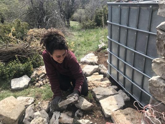 Parement en pierre sèche de la cuve de récupération