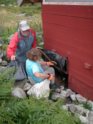 Myriam & Robert au compostage des toilettes