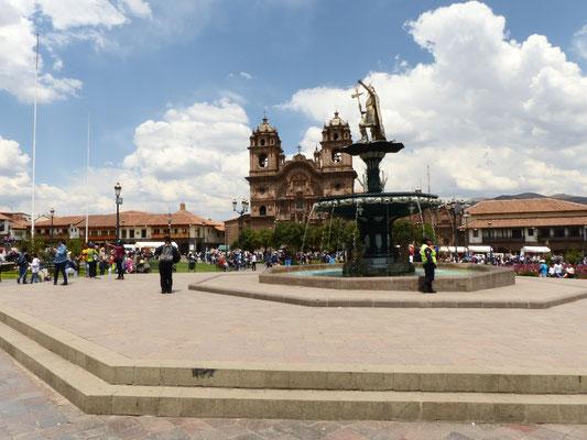 Im Vordergrund der zentrale Punkt der Plaza de Armas mit dem goldenen Inka