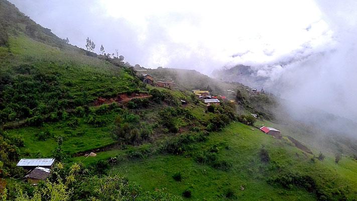 Das Dorf Marampata in Nebel gehüllt