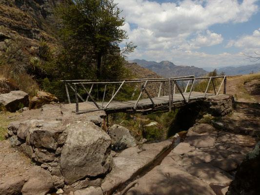 Diese Brücke kann auf diesem Weg schon als moderne Infrastruktur angesehen werden