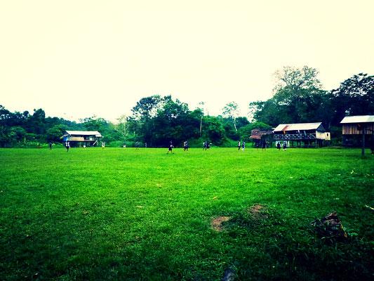 Im nahegelegenen Amazonasdorf findet gerade ein Fußballspiel statt und gefühlt schauen alle Bewohner zu