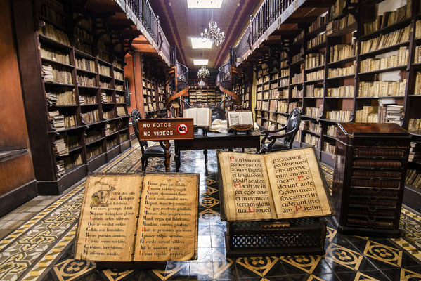Kloster San Francisco - weltberühmte Bibliothek mit über 25.000 Werken