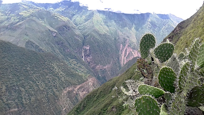 Gigantischer Wasserfall ggü. von Choquequirao