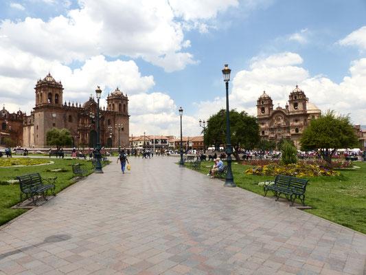 Plaza de Armas mit Blick auf die Kathedrale (links) und die Iglesia de San Sebastian (rechts)
