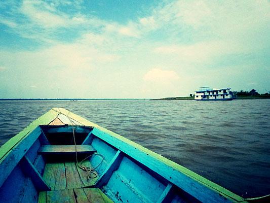 Dann geht das Abenteuer Amazonas los und wir erblicken auch schon gleich einen der typischen Amazonas-Dampfer...