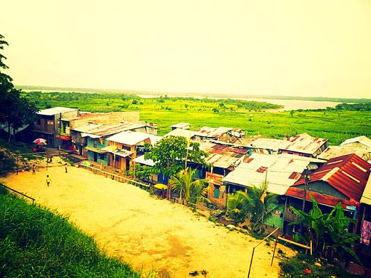 Die Häuser in Iquitos sind auf Pfählen in ca. 4-6 m Höhe gebaut, da die Bewohner in der Regenzeit sonst in den Fluten des Amazonas übernachten würden
