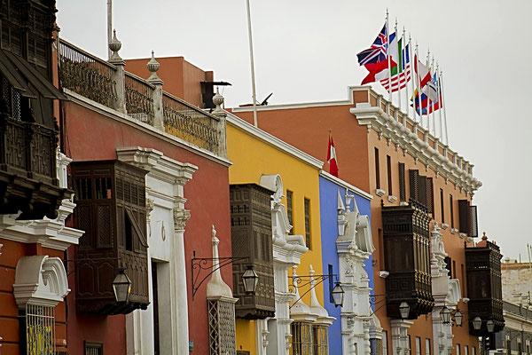 Trujillos Hauptplatz - schönen Holzbalkone und farbenfrohe Stuckfassaden