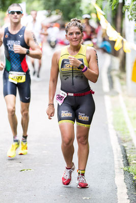 Photo of an athlete feeling guilty when i saw her that she stopped to run? nice smile in all case