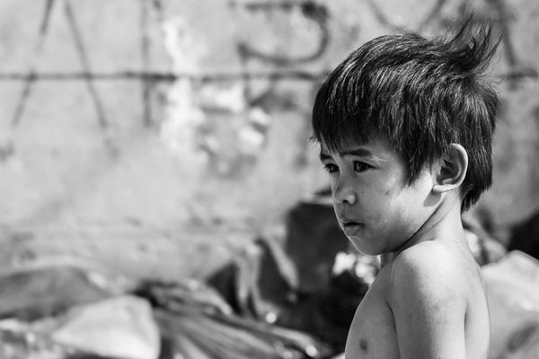 Photo of a kid in the street  in black and white