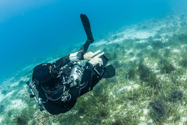 Photo of a scuba instructor giving advices