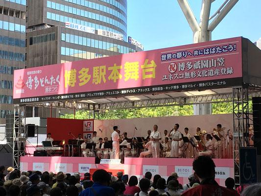 JR駅前のステージで自衛隊音楽隊