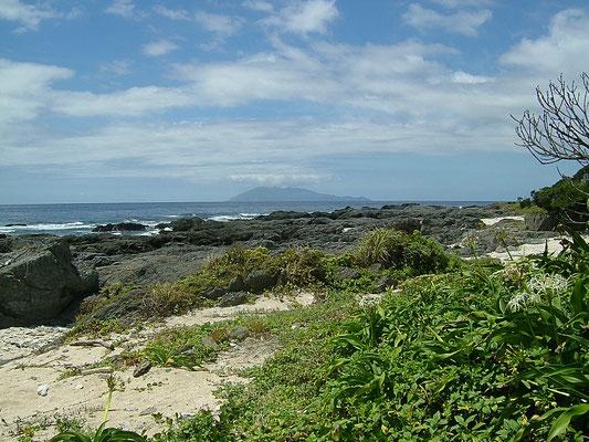 栗生海岸(くりおかいがん)から口永良部島を望む 屋久島