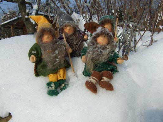 handgearbeitete Wichtel im Schnee