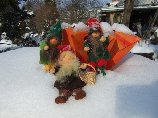 finnische Laterne im Schnee mit Wichteln