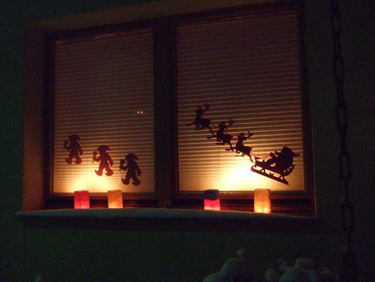 handgearbeitete Windlichter und weihnachtlicher Fensterschmuck