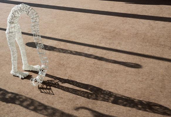 """""""Ce qu'il en reste I"""", osier, enduit, fil, 28 x 99 x 46 cm, 2014. Photo Jean-Pierre Ruelle"""