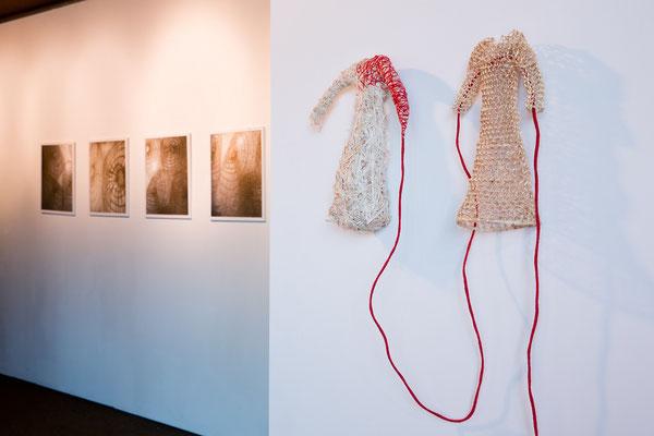 """""""L'un et l'autre"""", osier, fil, 20 x 30 x 11 cm, 2012 - Série """"Tissus d'ombres"""" impressions sur papier 50 x 50 cm, 2014. Photo Jean-Pierre Ruelle"""