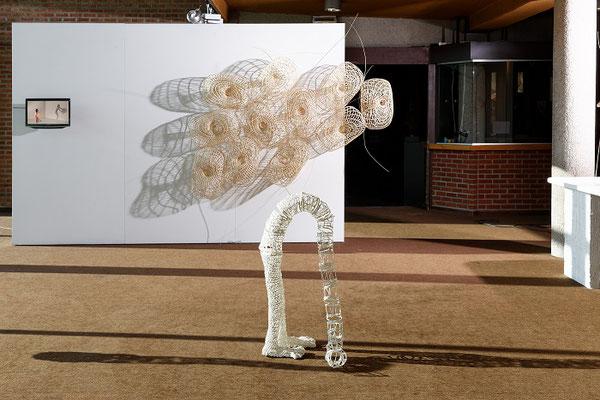 """""""Mur"""" vidéo et sculpture, 230 x 150 x 35 cm, 2013-2014 / """"Ce qu'il en reste I"""", osier, enduit, fil, 28 x 99 x 46 cm, 2014. Photo Jean-Pierre Ruelle"""