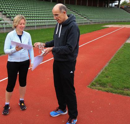 Anna Wolf lief 18 Runden, die höchste Anzahl der weiblichen Teilnehmerinnen. Dafür erhielt sie den Erinnerungspreis.