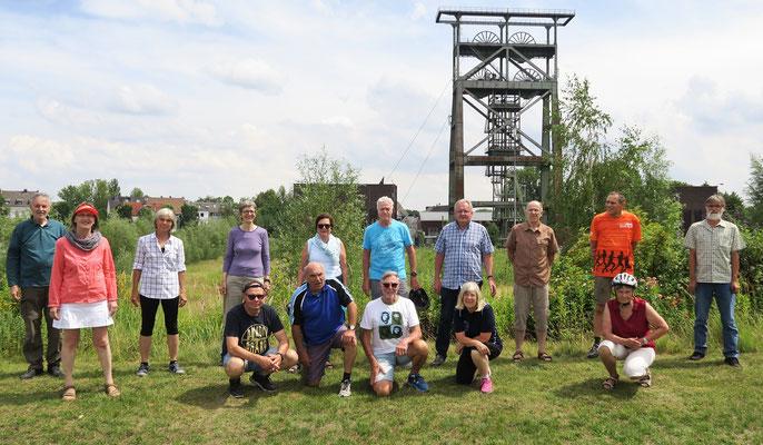Die Gruppe steht vor dem ehemaligen Schachtgerüst der Zeche Gneisenau