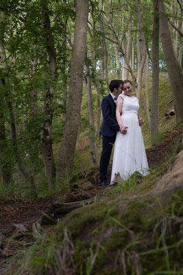 Hochzeitspaar im Wald auf Rügen