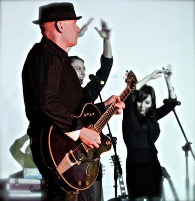 Aaron Memphis. Elvis tribute show. Banda del músico y guitarrista Miki Pannell