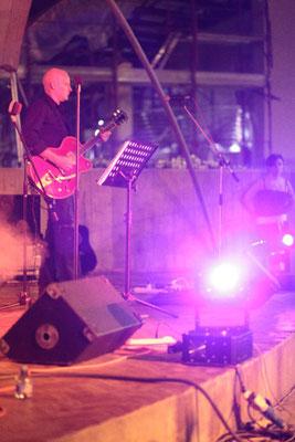 Chitarrista Miki Pannell con il gruppo Aaron Memphis. Con una Gretsch 6119 Tennessee Rose
