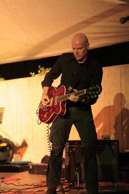Aaron Memphis. Show homenaje a Elvis. Banda del músico y guitarrista Miki Pannell