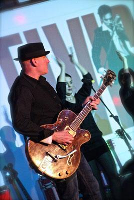 Il gruppo musicale Aaron Memphis con chitarrista Miki Pannell. Gretsch 6122
